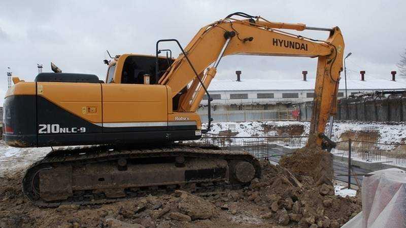 В Брянске теснота осложнила работу строителей спорткомплекса
