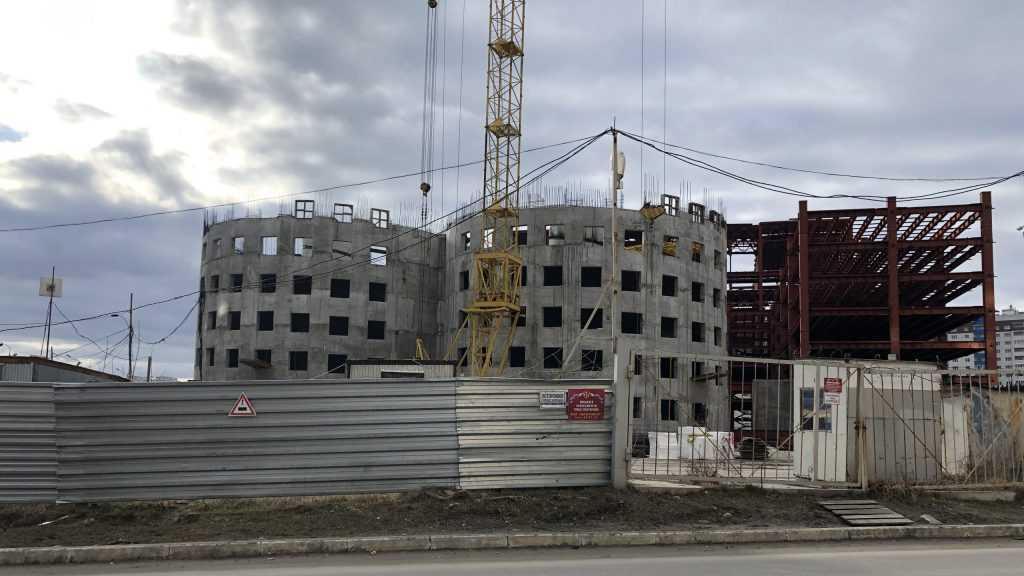 В Брянске возле лицея на стройке «МегаГРИНН» возобновились работы