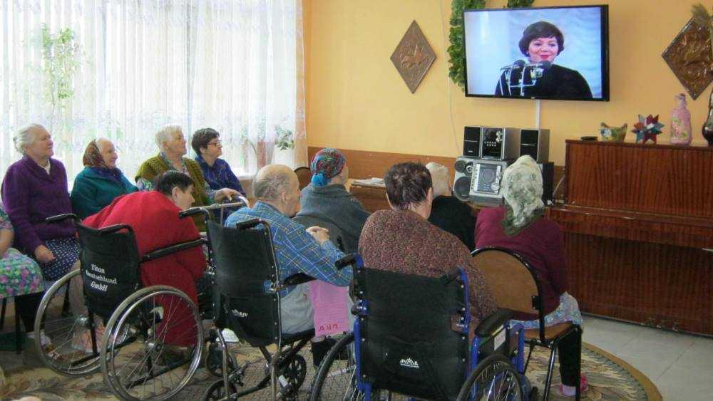 В интернате Новозыбкова инвалидам подарили праздник любимых мелодий