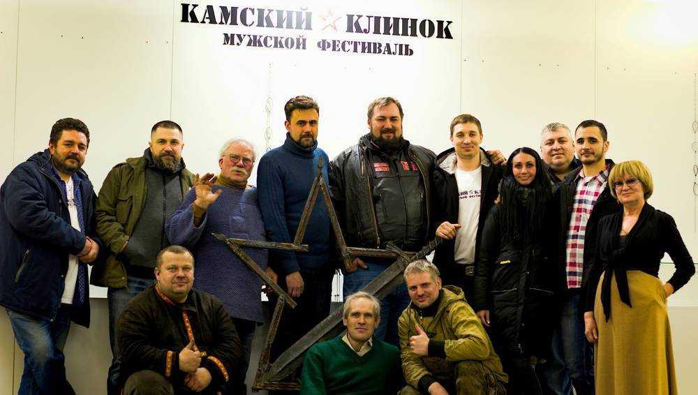 Брянский кузнец с коллегами в Нижнекамске создал клинок Победы