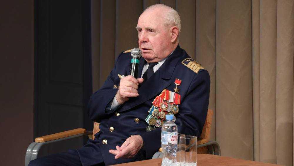 Герой Советского Союза летчик Кашин дал брянской молодежи ценный совет