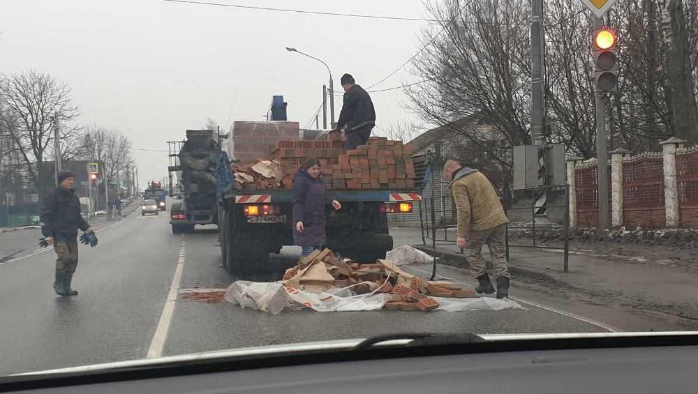 Под Брянском из-за кирпичей на дороге водители застряли в пробке