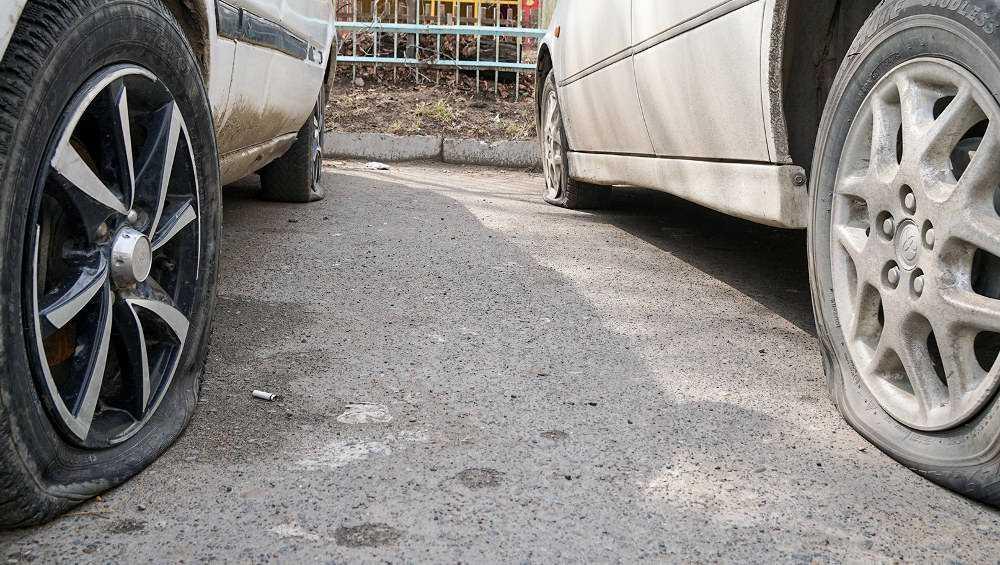 В Новозыбкове неизвестные порезали шины трех иномарок
