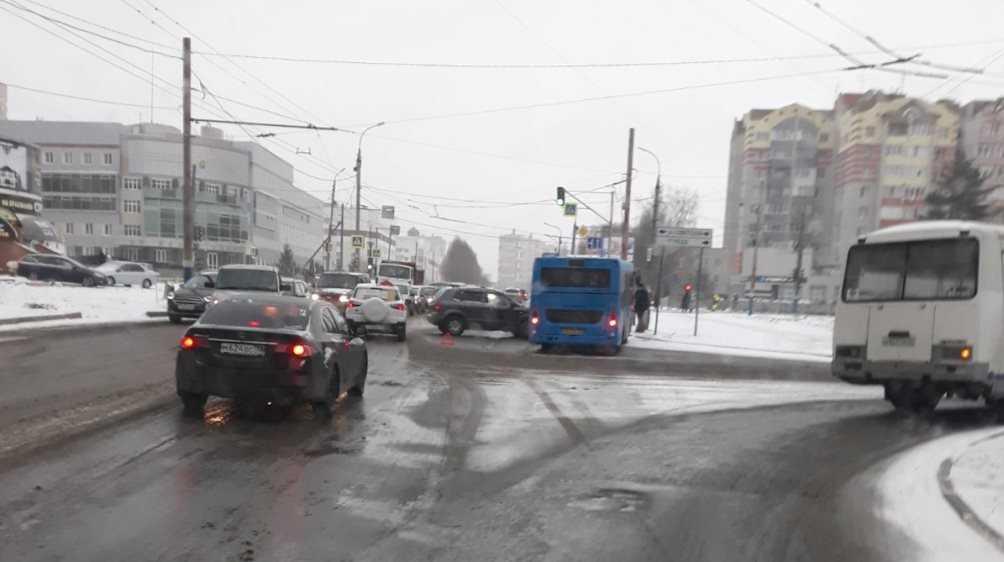 В Советском районе Брянска столкнулись автобус и внедорожник