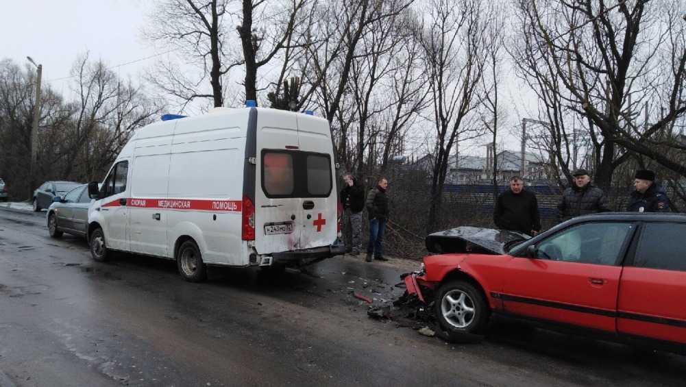 В Навле столкнулись машина скорой помощи и две легковушки