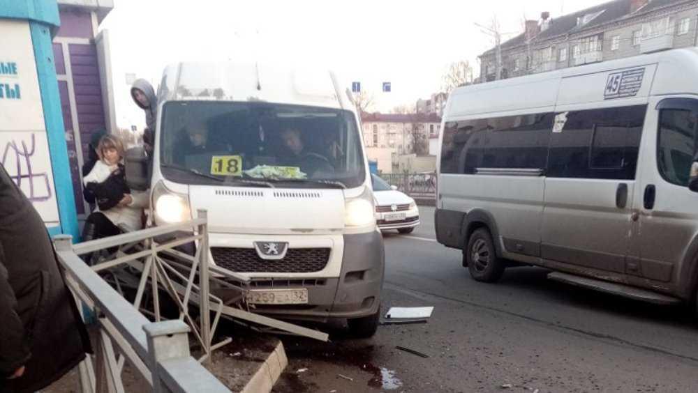 В Брянске маршрутка №18 разбилась при обгоне другого такси