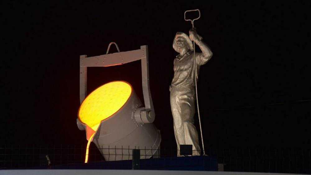 В Брянске у бронзового сталевара появился светящийся ковш