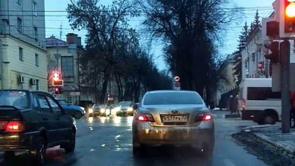 В центре Брянска сняли видео о промчавшемся на красный свет водителе