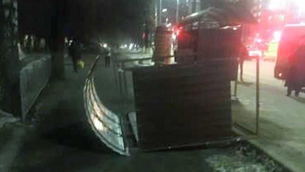 В Брянске ветер свалил остановку возле университета