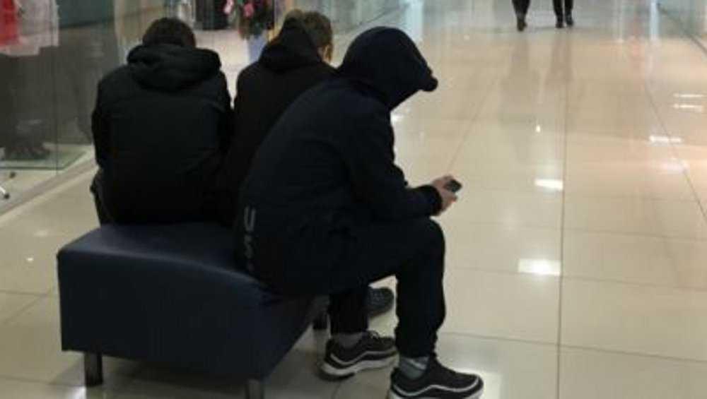 Жительницу Брянска возмутили в ТРЦ пьющие пиво подростки