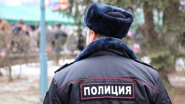 В Брянске полицейские рассказали прохожим о необходимости самоизоляции