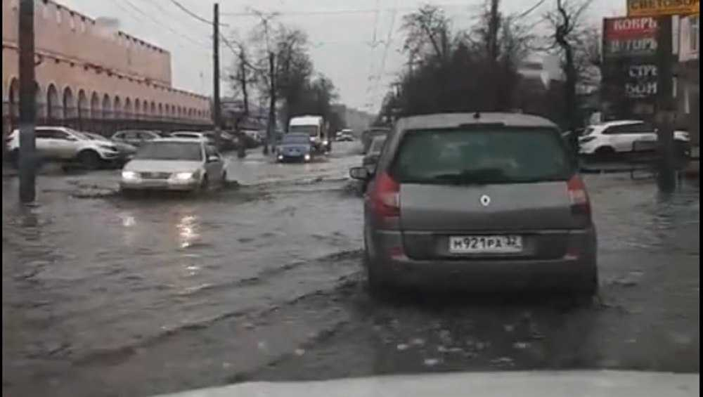 В Брянске возле Бежицкого рынка опять затопило дорогу