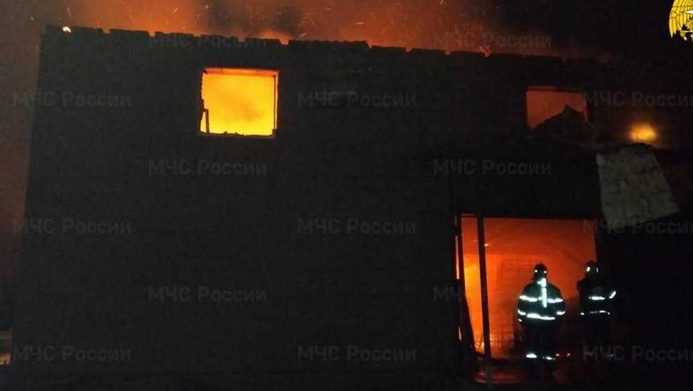 Под Брянском пожар уничтожил большой частный склад