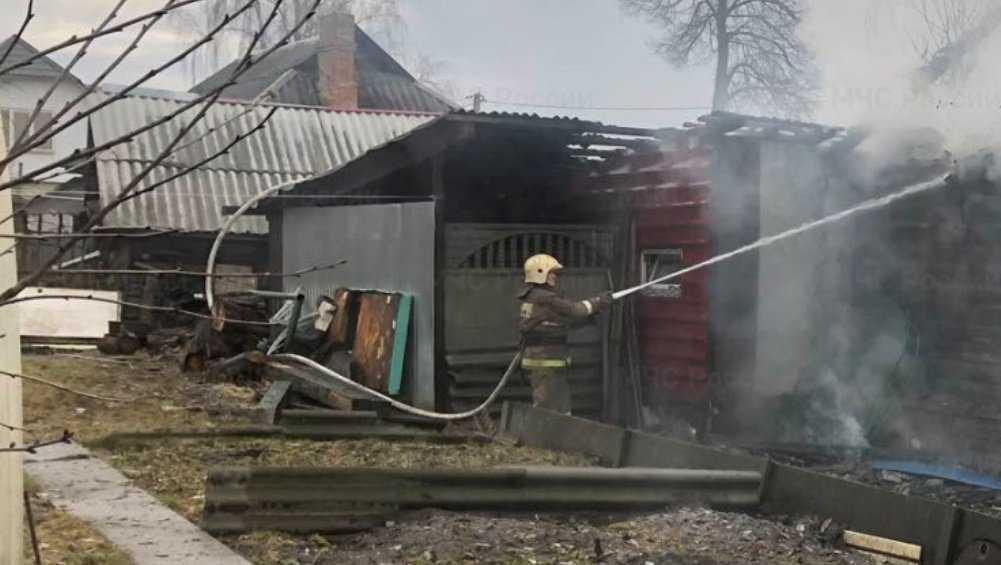 В Фокинском районе Брянска потушили горевшие дом и гараж