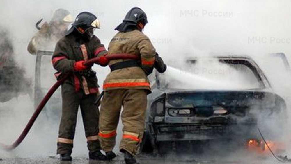В Брянске сгорел «Фольксваген Пассат» на улице Шолохова
