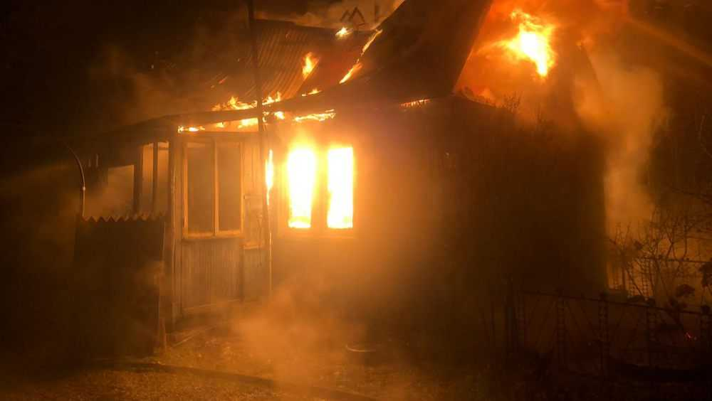 В Брянске за понтонным мостом сгорел частный дом