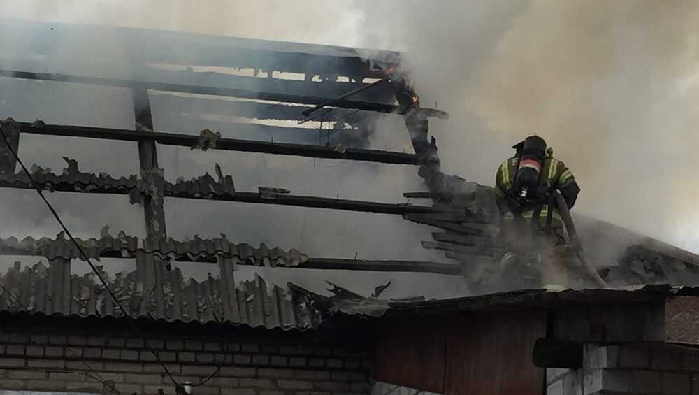 В Брянске сняли видео пожара в доме на улице Коммунистической