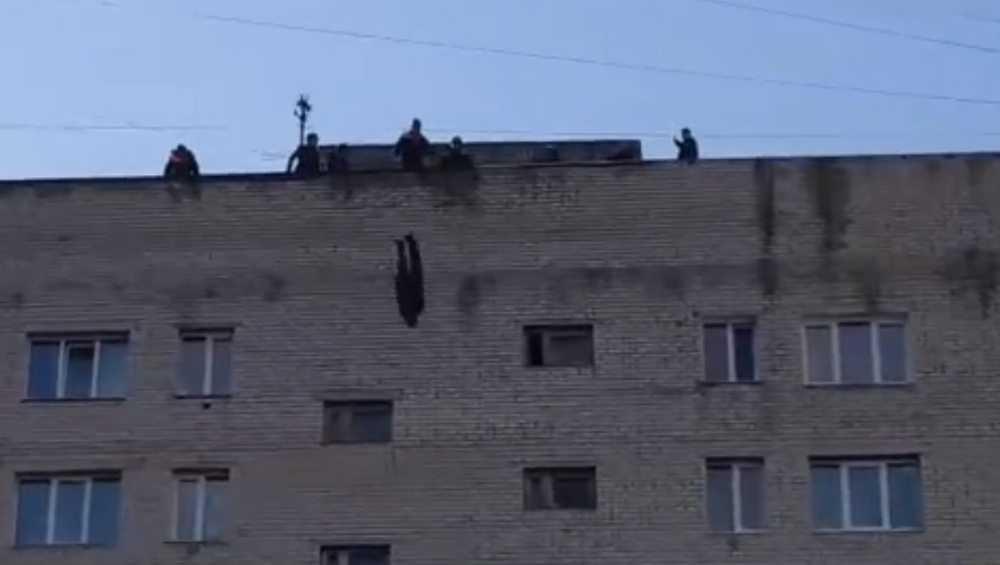 В Брянске с крыши дома для следственного эксперимента сбросили манекен