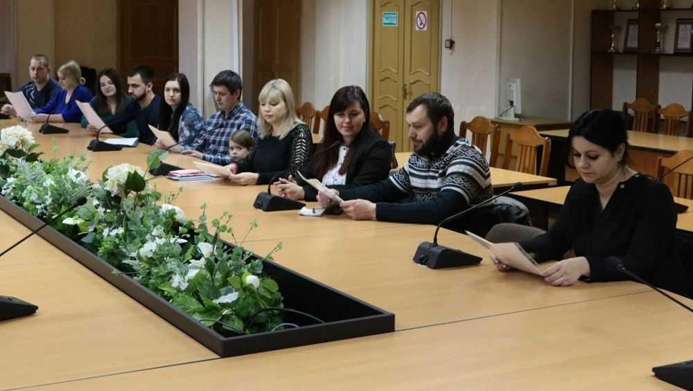 В Брянске 15 многодетных молодых семей получили выплаты на жилье