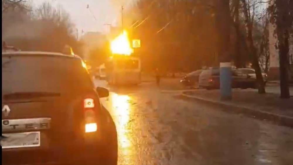 В Брянске на улице Горбатова загорелся троллейбус