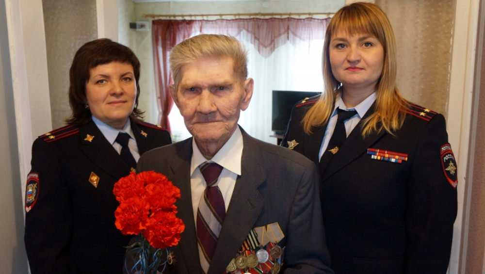 В Суземке 99-летний ветеран получил российский паспорт и принял присягу