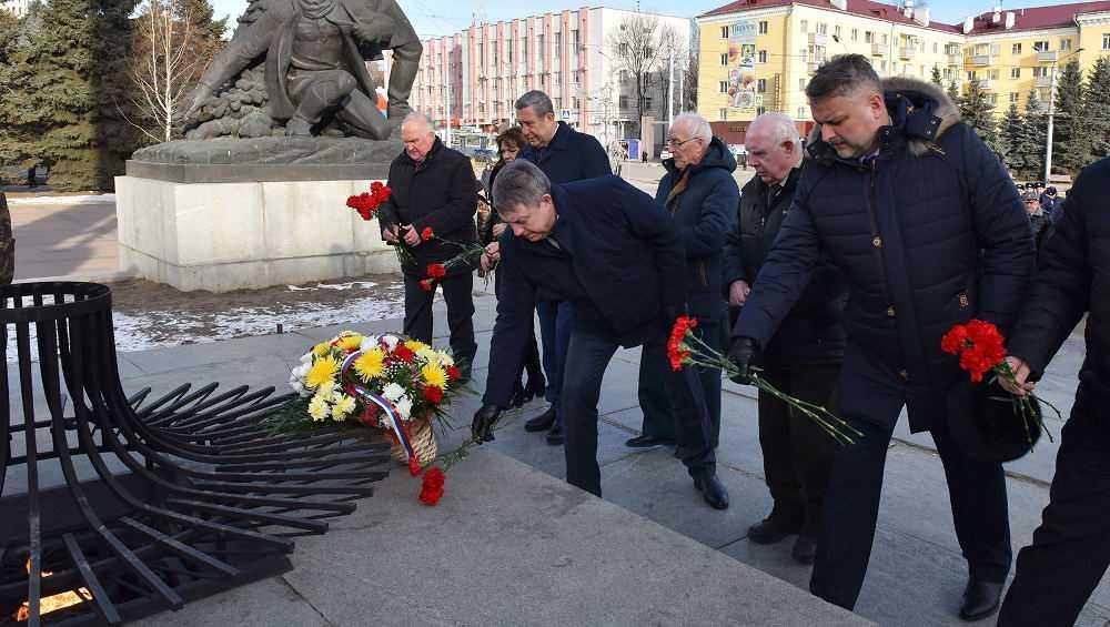 В Брянске открыли Год памяти иславы возложением цветов к Вечному огню