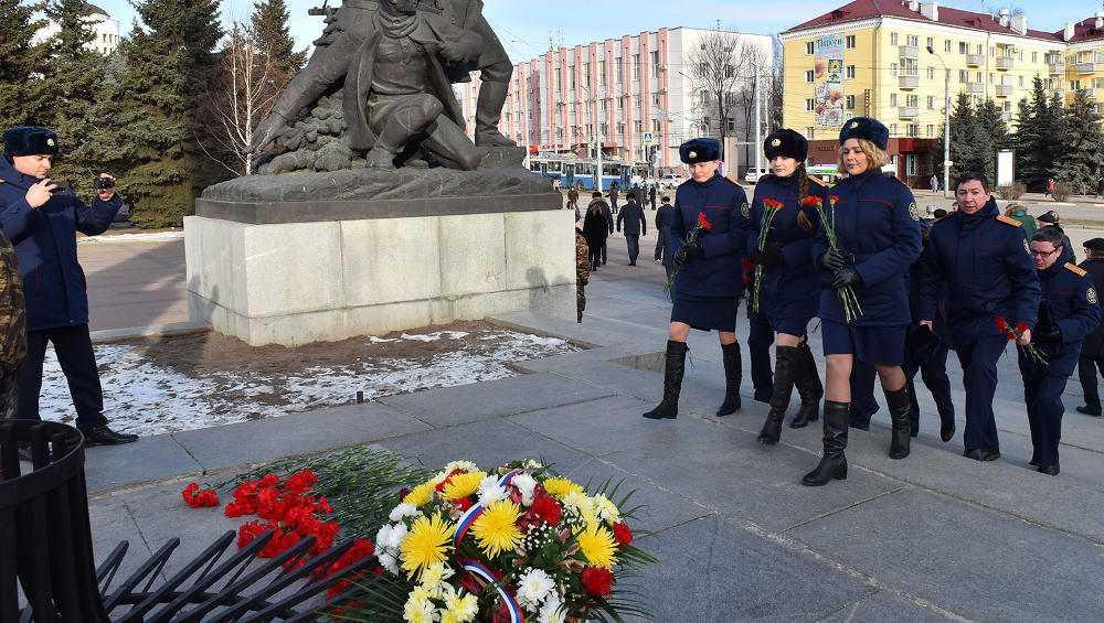 В Брянске в честь открытия Года памяти иславы возложили цветы к Вечному огню