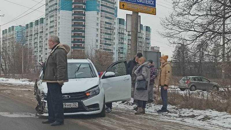 На Литейной в Брянске произошло серьезное ДТП с двумя автомобилями