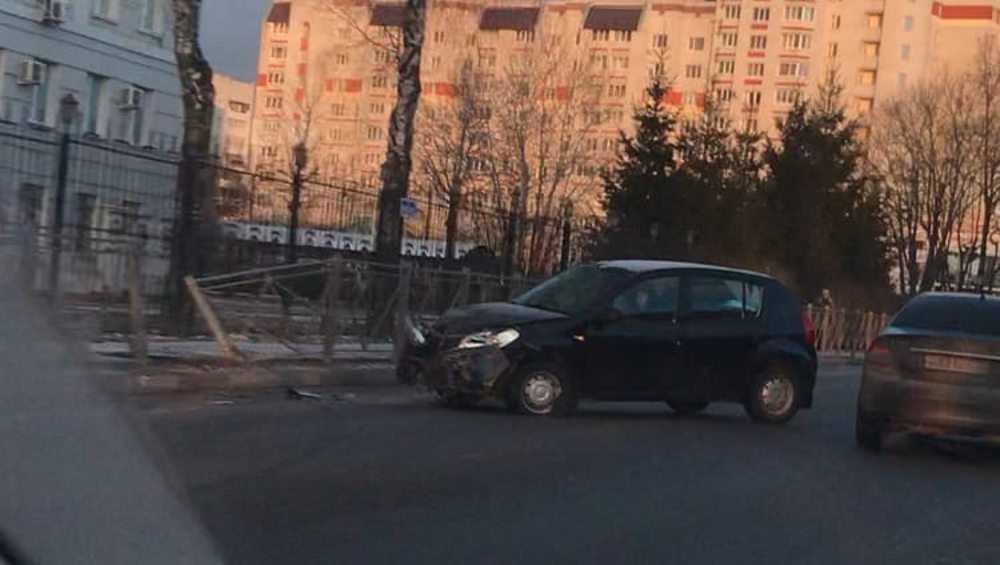 В Брянске автомобилистка смяла забор возле областной УГИБДД