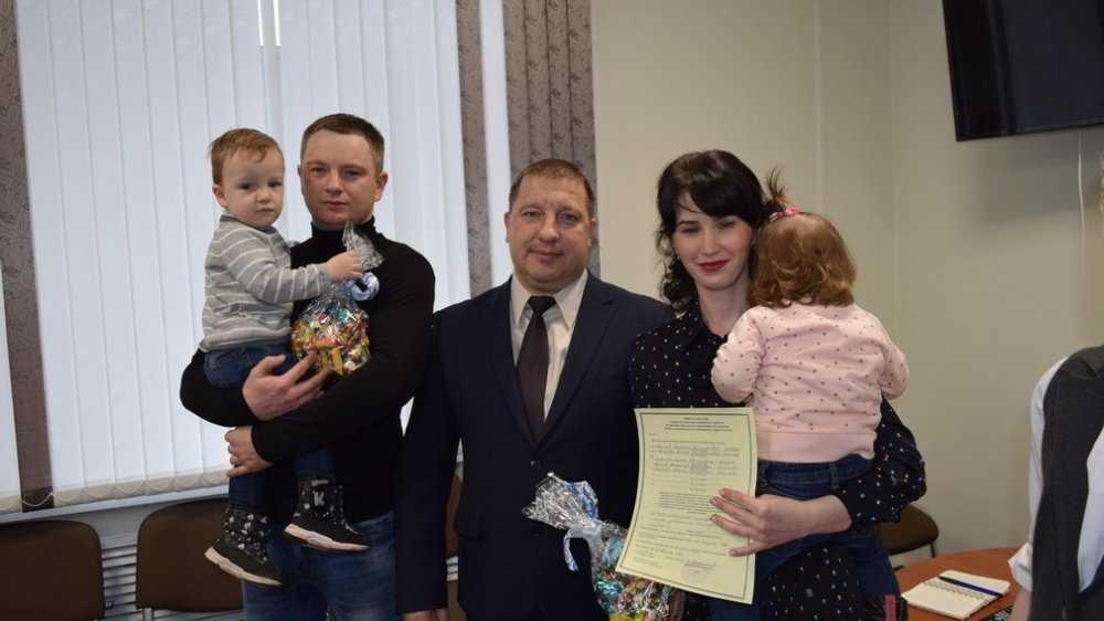 В Выгоничах двум многодетным семьям вручили сертификаты на жильё