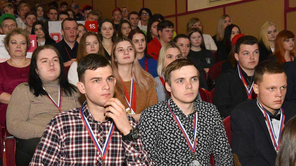 Брянский губернатор Богомаз наградил лучших молодых профессионалов