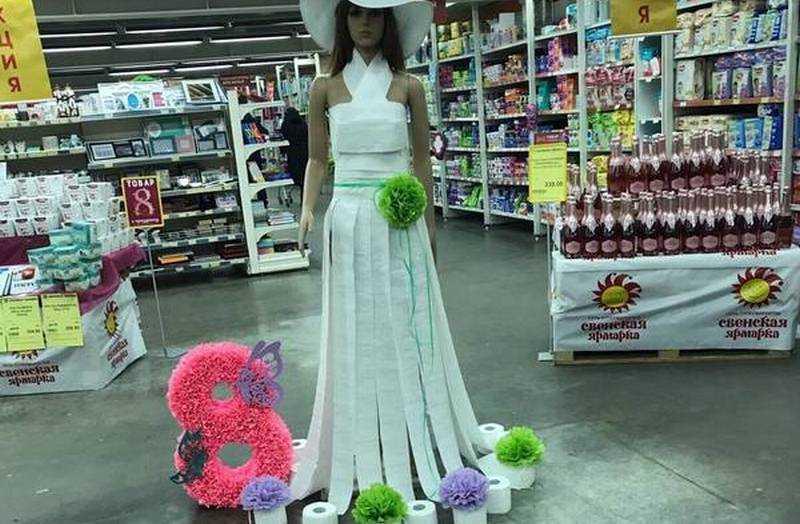 В брянском магазине даму нарядили в платье из туалетной бумаги