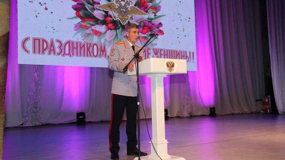 Начальник Брянского УМВД наградил отличившихся сотрудниц