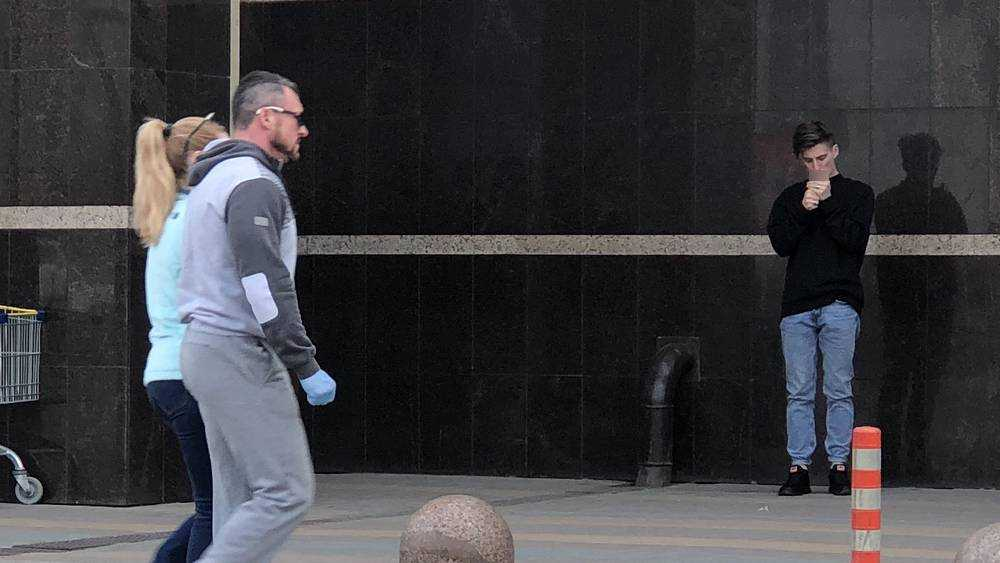 Ради безопасности брянцы стали ходить в ТРЦ «Аэропарк» в перчатках