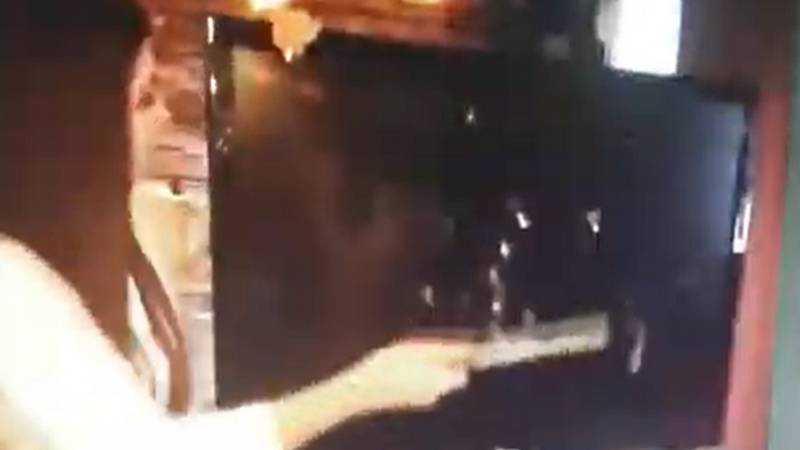 Брянская блогерша Тася на потеху молотком разбила в баре телевизор