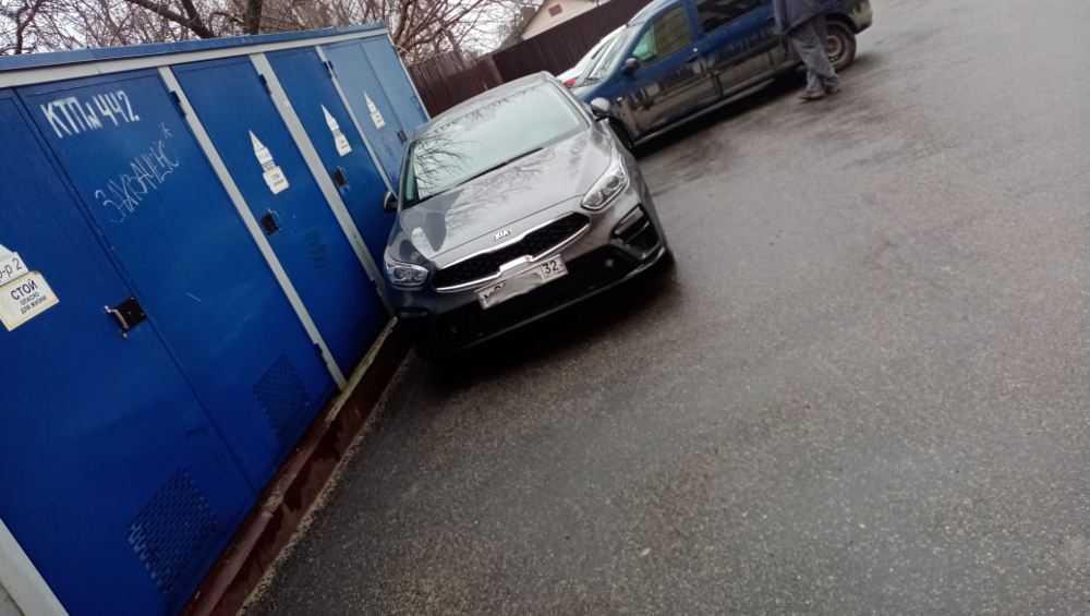 В Брянске припаркованные автомобили заблокировали электроподстанцию