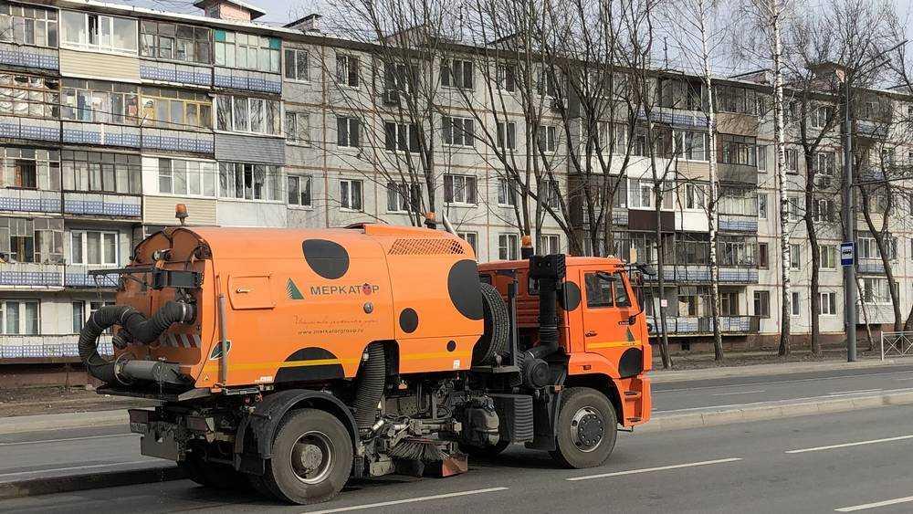 В Брянске воспользовались пустынностью улиц для уборки дорог