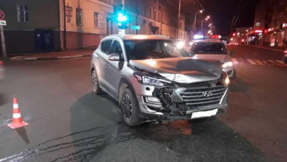 В центре Брянска водитель-нарушитель врезался в такси