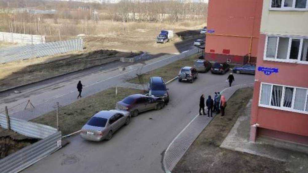 В Брянске во дворе дома не поделили дорогу две легковушки