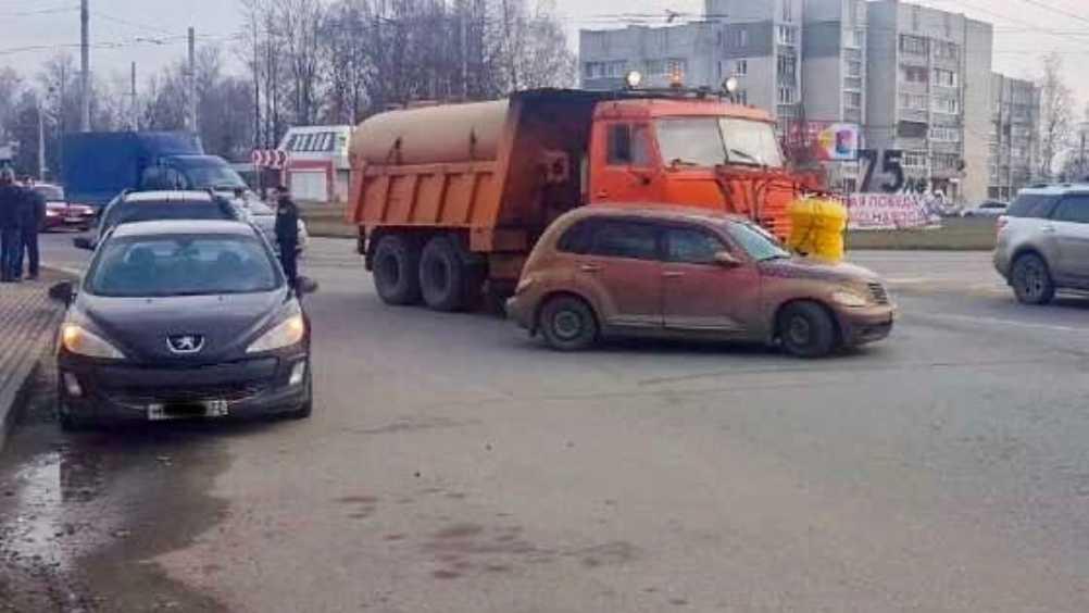 В Брянске возле Телецентра столкнулись КамАЗ и легковушка