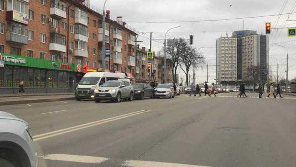 В Брянске на проспекте Ленина произошло массовое ДТП