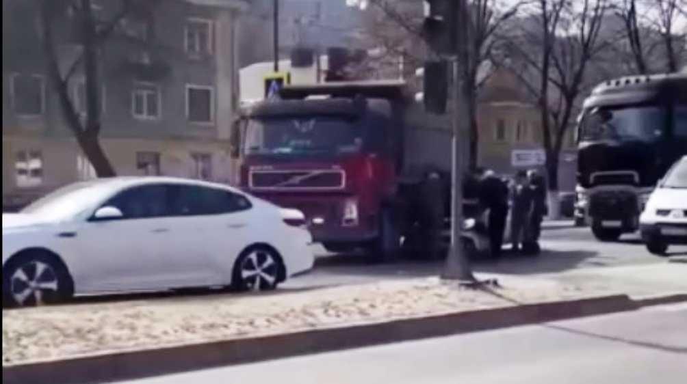 В Фокинском районе столкнулись самосвал и легковушка
