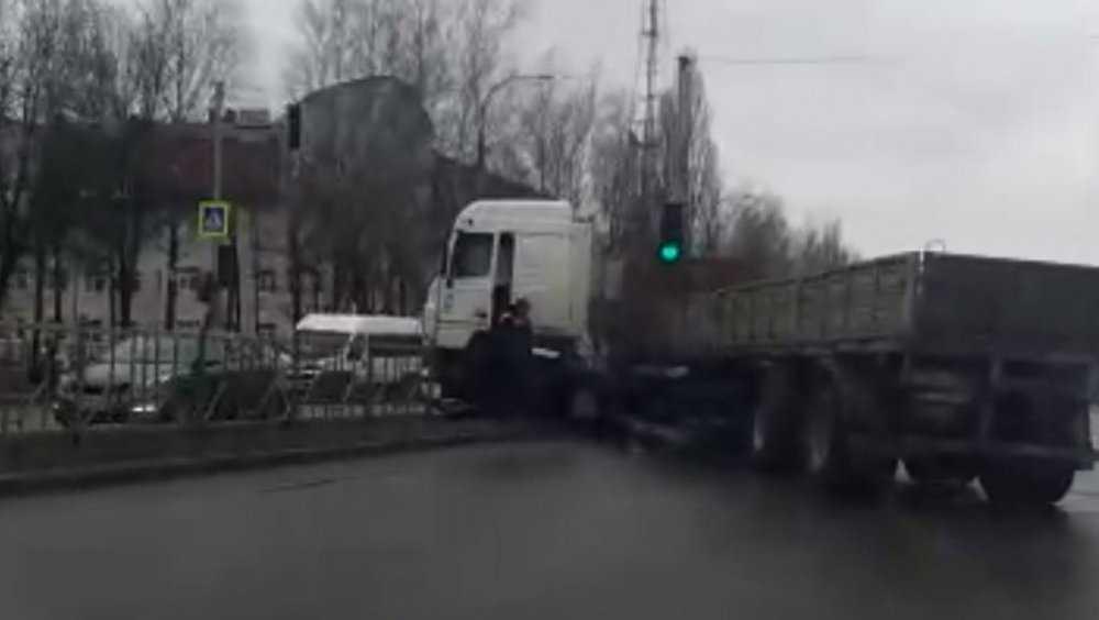 В Брянске в ДТП на проспекте Станке Димитрова сложился полуприцеп