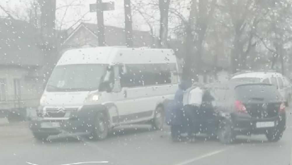 В Брянске на улице Литейной легковушка врезалась в маршрутку