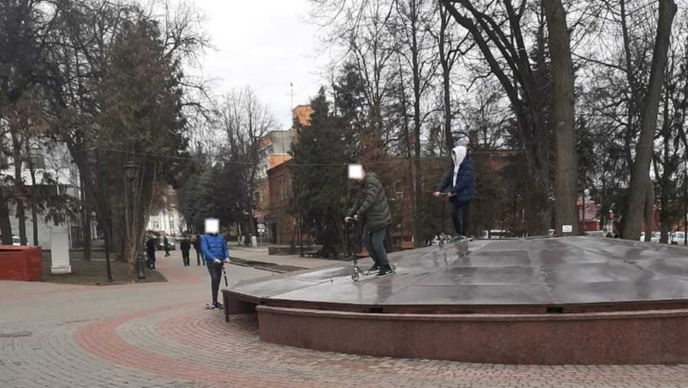 Жителей Брянска возмутили гонки на самокатах по фонтану в Круглом сквере
