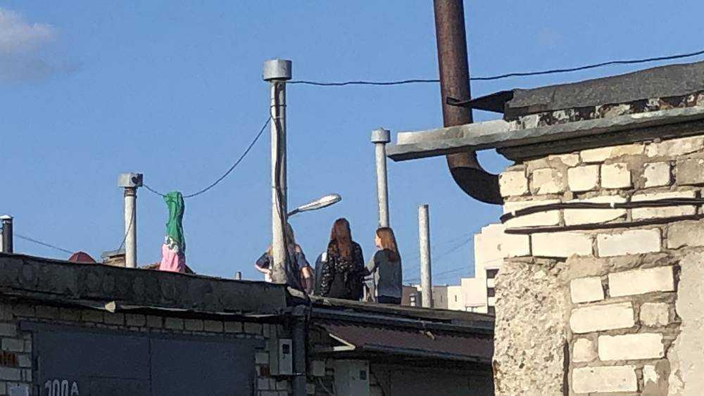 В Брянске дети увлеклись опасными забавами на крышах гаражей