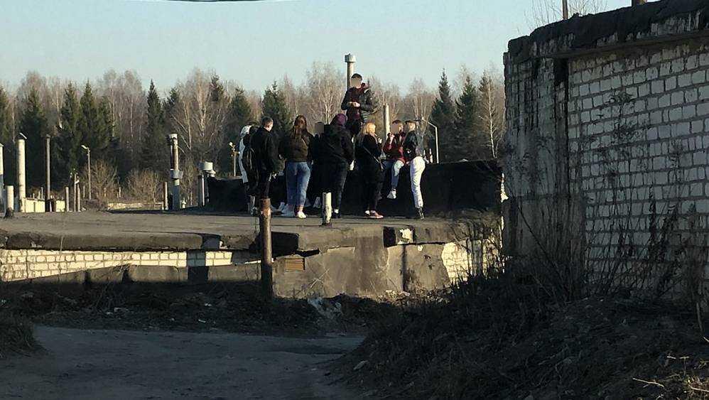 Закрывающимся брянским кафе подростки нашли замену на крышах гаражей