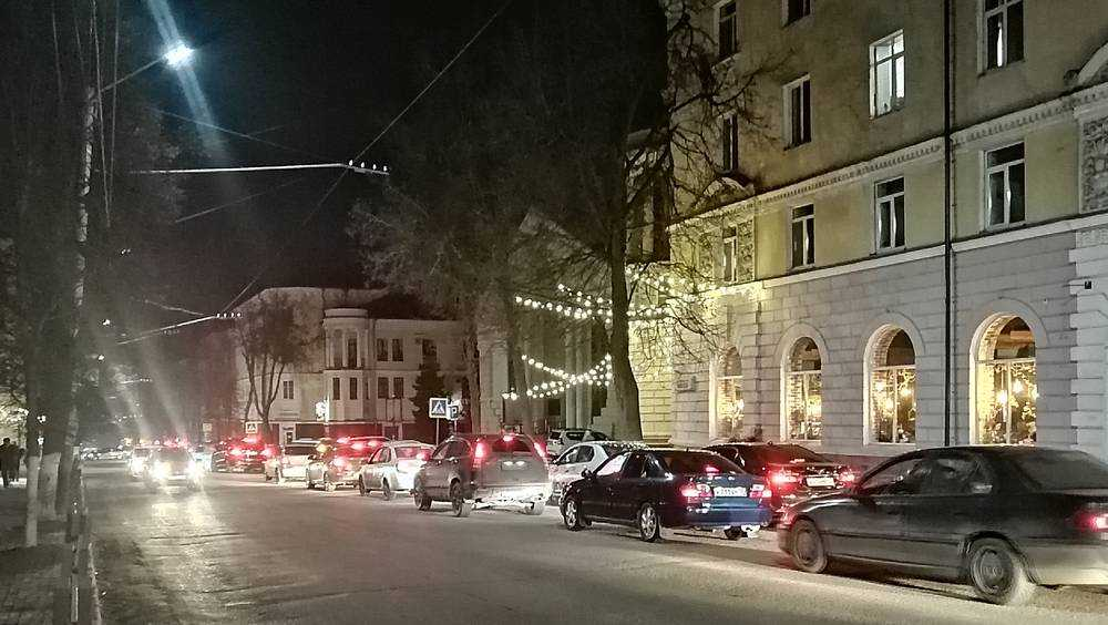 Центр Брянска встал в огромной пробке из-за пожара в баре «Rolling's»