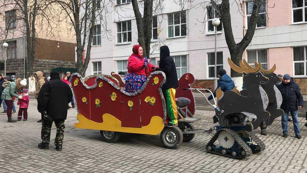 В Брянске Масленицу начали праздновать с фанерными оленями