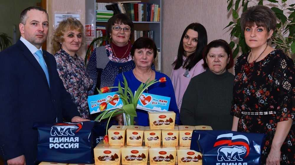 Партийцы в Клинцах поздравили женщин из общественных организаций с 8 Марта
